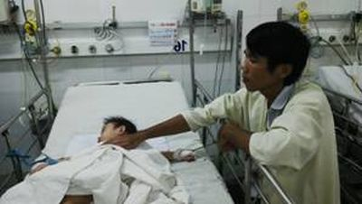 Bé Ng. đang được còn được dõi điều trị nhiều ngày do biến cố tai nạn vừa qua.