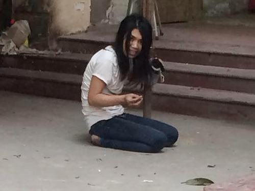 Cô gái trẻ cầm kim tiêm đe dọa đâm người qua lại - Ảnh cắt từ clip