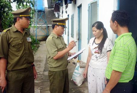 Công an xã Hố Nai 3, huyện Trảng Bom (Đồng Nai) kiểm tra nhân, hộ khẩu tại các khu nhà trọ. Ảnh: Báo Đồng Nai