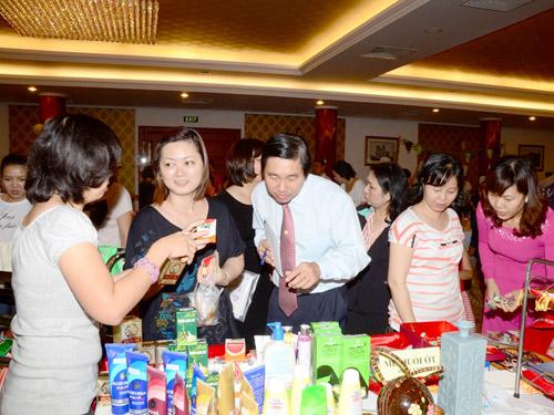 CNVC-LĐ và khách du lịch đến tham quan, mua sắm tại ngày hội từ thiện của khách sạn Rex