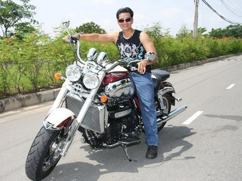 """Huỳnh Văn Xuân (tức Công """"mô tô"""") cưỡi một chiếc siêu mô tô trước khi bị bắt"""