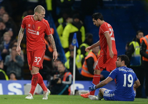 Costa sau tình huống bị Skrtel phạm lỗi