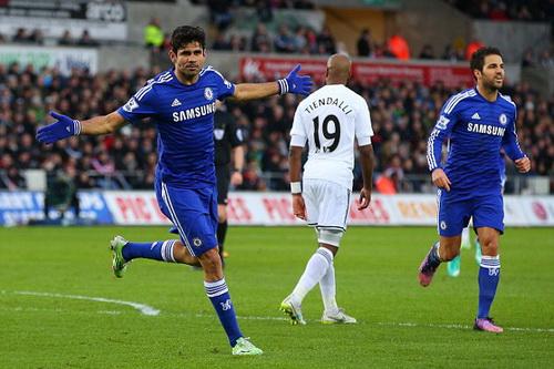 Diego Costa thăng hoa với sự hỗ trợ tuyệt vời của Fabregas (phải)