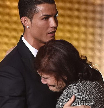 Ronaldo an ủi mẹ sau sự cố không hay ở sân bay Madrid