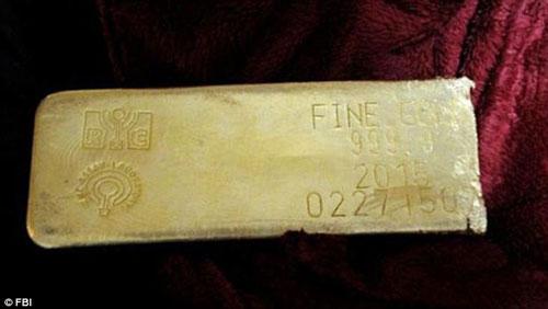 Thỏi vàng trị giá khoảng 500 ngàn USD được tìm thấy Ảnh: FBI
