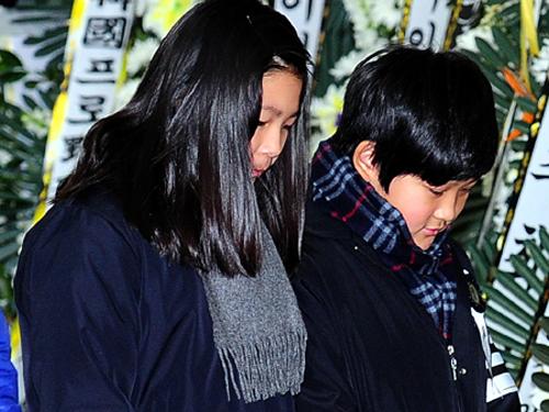 Hai bé đau buồn trong đám tang cha