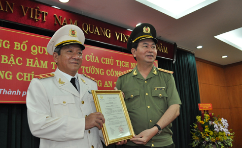 Đại tướng Trần Đại Quang trao quyết định thăng hàm Trung tướng cho Giám đốc Công an TP HCM Nguyễn Chí Thành