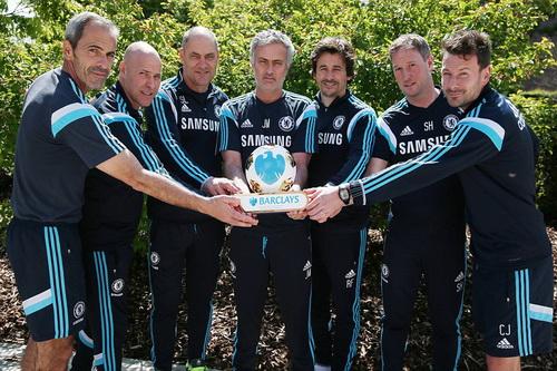 Mourinho và các thành viên BHL chia sẻ niềm vui với danh hiệu HLV xuất sắc nhất