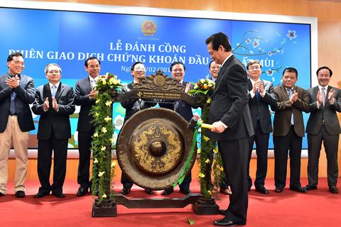 Thủ tướng Nguyễn Tấn Dũng đánh cồng phiên giao dịch chứng khoán đầu xuân Ất Mùi 2015. Ảnh: Nhật Bắc