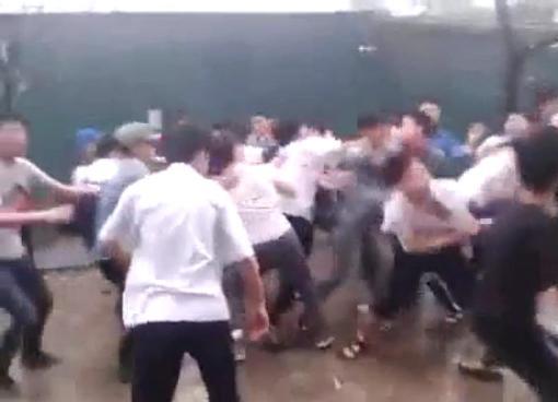 Hàng chục học sinh lao vàođánh nhau như băng nhóm giang hồ ngoài xã hội. Ảnh cắt từ clip