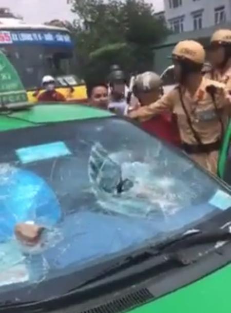 Chiếc taxi vi phạm bị lực lượng CSGT và người dân chặn bắt