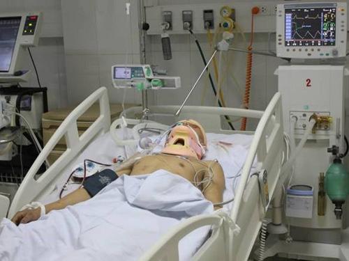 Anh Nguyễn Văn Lưu bị đánh chấn thương sọ não đang được cấp cứu tại Bệnh viện Hữu nghị Đa khoa tỉnh Nghệ An. Ảnh: T.H