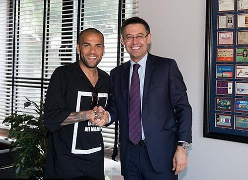 Dani Alves đồng ý thi đấu cho Barcelona thêm hai mùa