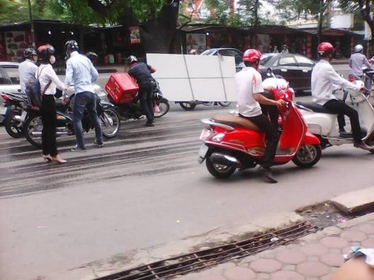 Nhiều xe máy bị trượt ngã khi đi qua đây