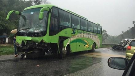 Phần đầu chiếc xe khách cũng bị hư hỏng nặng trong vụ va chạm - Ảnh: Otofun