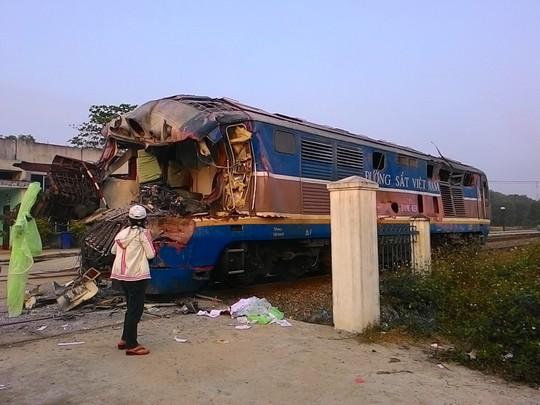 Đầu tàu hỏa nát vụ khiến tài xế tàu hỏa tử vong ngay trên ca bin - Ảnh: Quang Tám