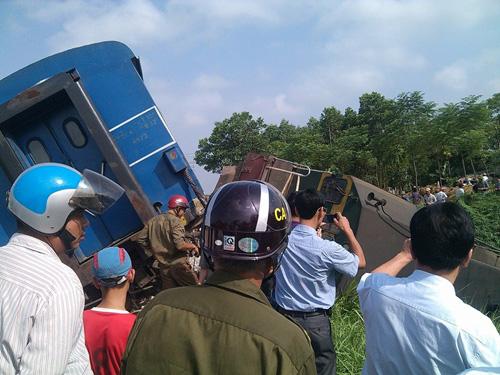 Đầu tàu hỏa cũng bật khỏi đường ra, lao xuống ruộng sau cú tông mạnh - Ảnh: Otofun