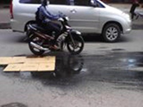 Đoạn đường dầu máy từ xe cứu hộ giao thông đổ xuống khiến nhiều người đi xe máy bị ngã