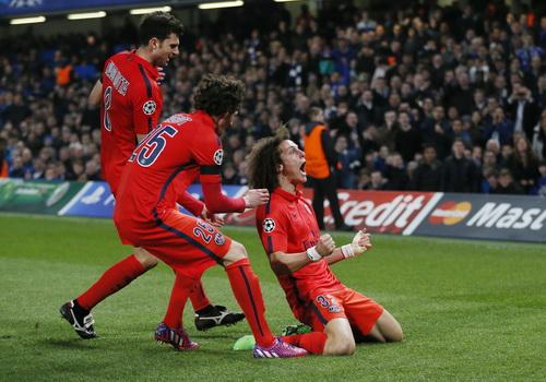 Cố nhân David Luiz ghi bàn khiến HLV Mourinho buồn bã