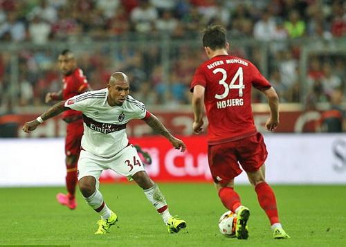 De Jong (34) tranh chấp bóng với Pierre Hojbjerg (34. áo sậm) của Bayern