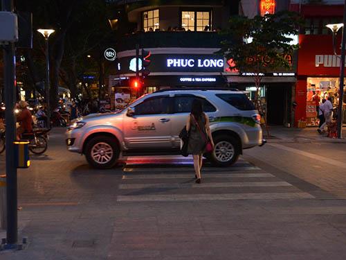 Một người sang đường nhưng không sử dụng đèn tín hiệu giao thông  Ảnh: BẠCH ĐẰNG