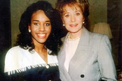 Ứng viên hoa khôi Mỹ quốc Desiree Washington (trái)