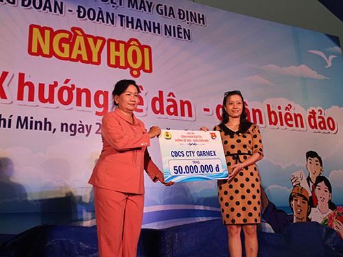 Bà Liêu Sanh Thu Cúc (trái), Chủ tịch Công đoàn Tổng Công ty Dệt may Gia Định, tiếp nhận đóng góp của các đơn vị