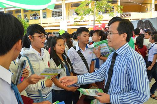 Học sinh thắc mắc về tuyển sinh 2015 Ảnh: Huy Lân