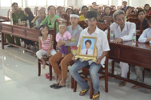 Người nhà ông Trần Thanh Sang mang di ảnh vào Bệnh viện Đa khoa TP Vĩnh Long để làm rõ việc bác sĩ N mổ ruột thừa nghi gây ra cái chết đối với nạn nhân