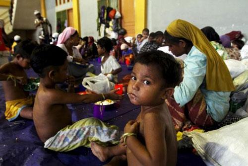 Trẻ em di cư tại một nơi trú ngụ tạm thời ở tỉnh Aceh - Indonesia hôm 12-5Ảnh: Reuters