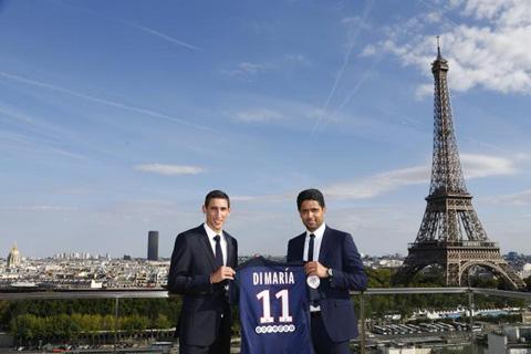 Di Maria chụp ảnh cùng chủ tịch PSG trước tháp Eiffel