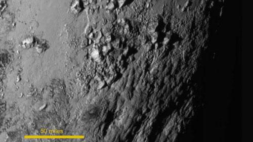 Hình ảnh cận cảnh đầu tiên của khu vực gần xích đạo của Sao Diêm vương Ảnh: NASA