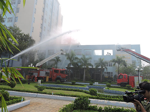 Sau lễ phát động, các đơn vị chức năng đã diễn tập chữa cháy tại Trung tâm Y tế Vietsovpetro