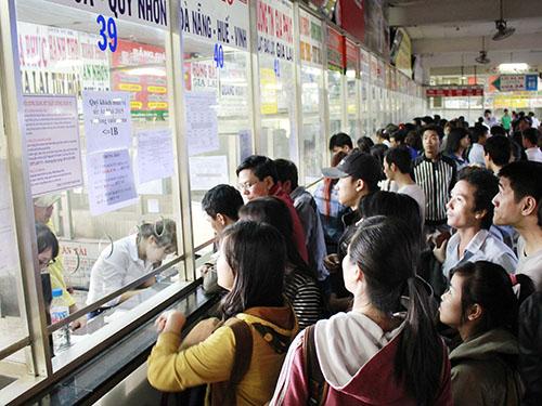 Hành khách chen chúc xếp hàng mua vé xe Tết tại Bến xe Miền Đông (TP HCM)Ảnh: HOÀNG TRIỀU
