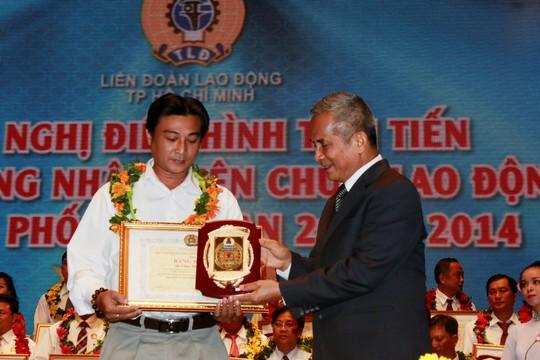 Ông Đặng Ngọc Tùng, Ủy viên Trung ương Đảng, Chủ tịch Tổng LĐLĐ Việt Nam, trao bằng khen và biểu trưng cho các gương CNVC-LĐ điển hình