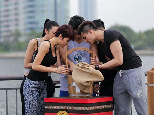 Các thí sinh thực hiện thử thách trong chương trình Điệp vụ tuyệt mậtẢnh: Huy Hoàng