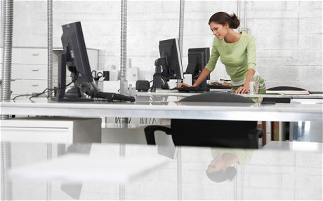 Phụ nữ đi làm vừa tự chủ vừa không sợ bị tụt hậu. Ảnh minh họa: Alamy
