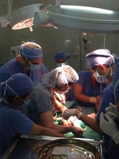 Bé được các bác sĩ bắt đầu bóc khối u.  Ảnh: Bệnh viện cung cấp.