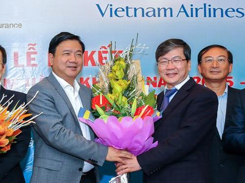 Bộ trưởng Đinh La Thăng (trái) ký phương án nhân sự giới thiệu ông Phạm Ngọc Minh (phải) tiếp tục làm Tổng giám đốc Vietnam Airlines - Ảnh minh họa
