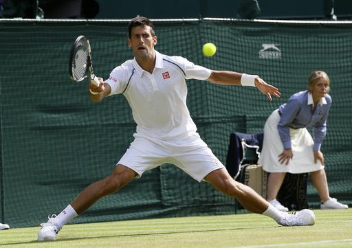 Áo của Djokovic có 2 viền đen gần 2 vai nhưng không bị nhắc nhở