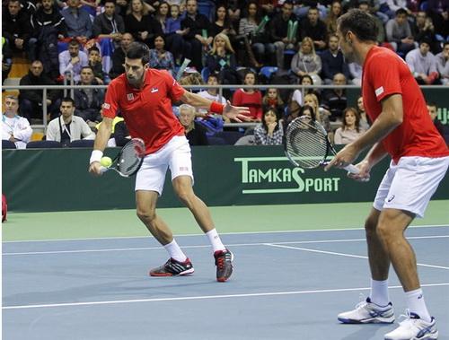 Djokovic và Zimonjic đưa Serbia vào tứ kết sau trận đôi