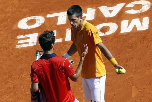 Tranh cãi sau một pha bóng khó giữa Djokovic và Vinolas