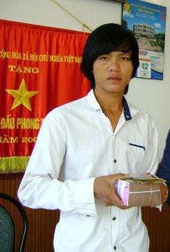 Anh Trần Văn Đỡ nhận tiền bồi thường oan sai từ VKSND tỉnh Sóc Trăng