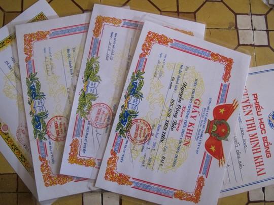 Bảo được học bổng mỗi năm và được nhiều giấy khen