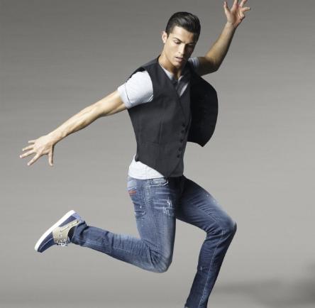 Ronaldo giới thiệu sản phẩm của công ty mình