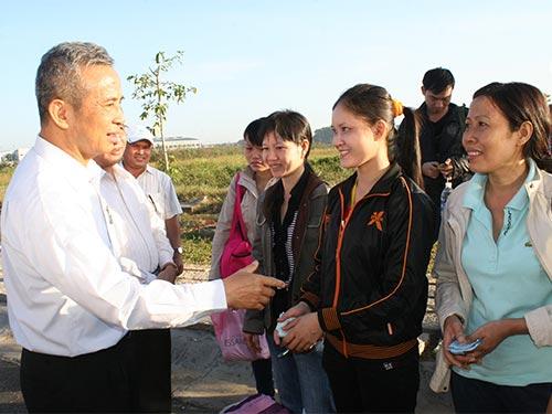 Chủ tịch Tổng LĐLĐ Việt Nam Đặng Ngọc Tùng thăm hỏi công nhân các KCX-KCN TP HCM chuẩn bị về quê ăn Tết năm 2014 Ảnh: VĨNH TÙNG
