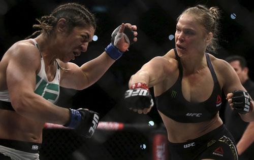Ronda Rousey (phải) trong một pha tấn công ngay đầu trận. Ảnh: REUTERS