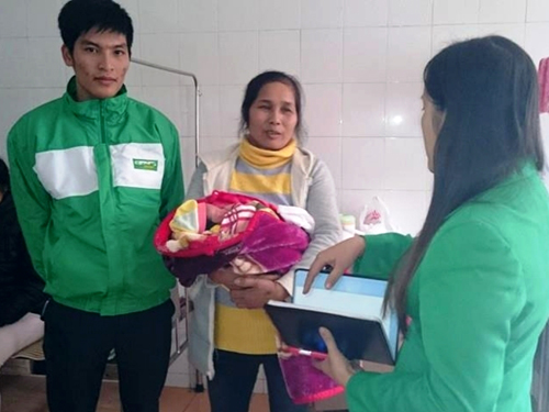 Anh Trần Trung Dũng và đại diện công ty taxi Mai Linh Hà Nam tới thăm cháu bé do anh đỡ đẻ trên xe taxi