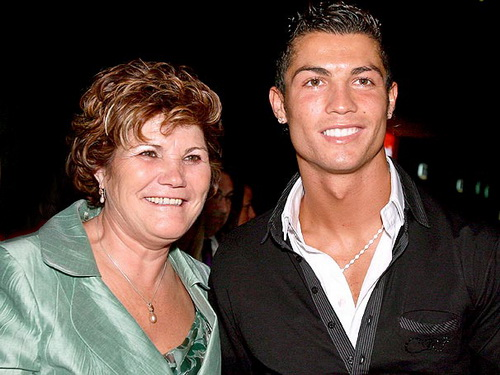 Bà Dolores đổi đời nhờ con trai là cầu thủ triệu phú