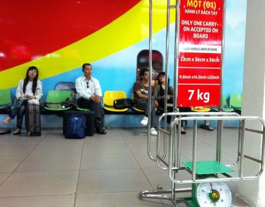 Khung đo để cân và đo trọng lượng cũng như kích thước của hành lý mang lên máy bay đặt tại cửa khởi hành